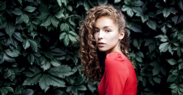 lisa-alexanina-women-curly-hair-women-outdoors-maxim-guselnikov-plants-leaves-brunette-2048x1368