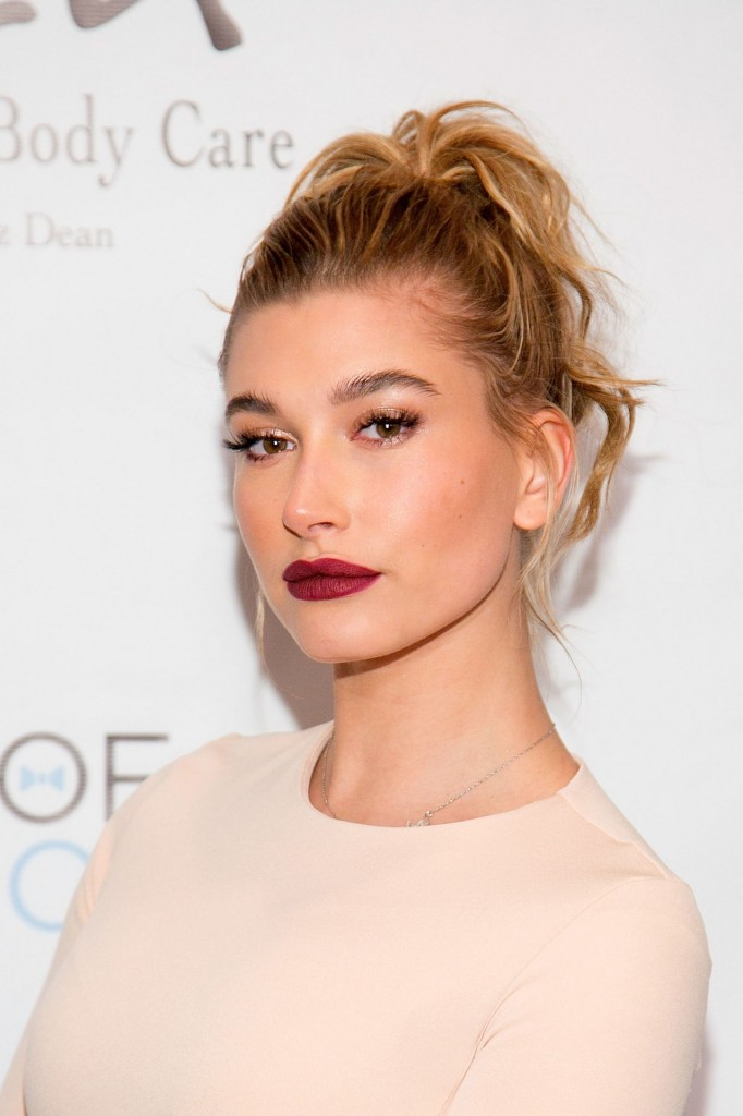 beauty-2015-11-hailey-baldwin-high-ponytail-hairstyle-main